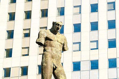 Art statue of a man in la defense business district in Paris - p1332m1502752 by Tamboly