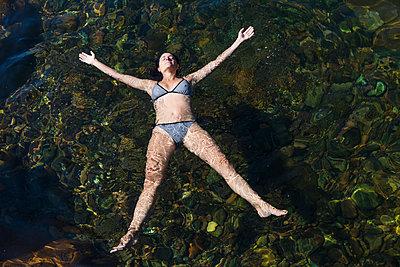 Frau entspannt im Wasser - p756m2021951 von Bénédicte Lassalle