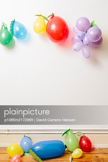 Kindergeburtstag mit bunten Luftballons - p1085m2172989 von David Carreno Hansen