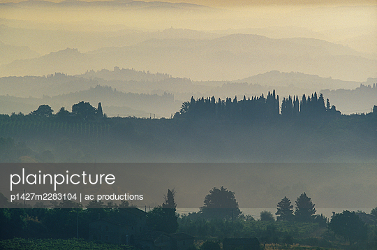Italy, Tuscany, Val D'Orcia, Rural hills with morning mist - p1427m2283104 by ac productions