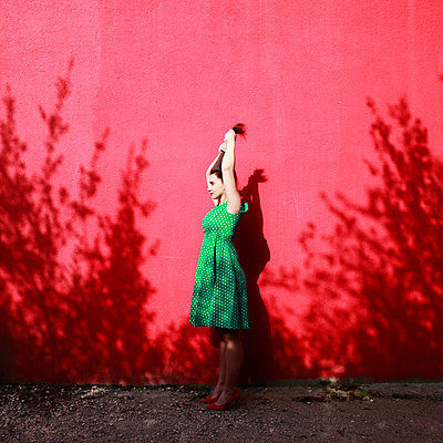 Woman wearing green dotted dress - p1105m2082587 by Virginie Plauchut