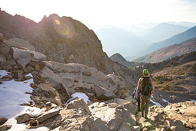 Backpackers descending Douglas Peak, British Columbia. - p1166m2095225 by Cavan Images