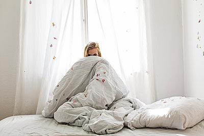 Blondes Model in Schlafzimmer mit Stickern - p1301m1195872 von Delia Baum