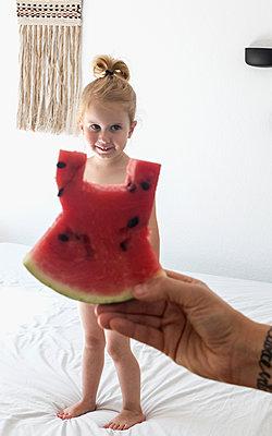 Kleines Mädchen mit Melonenkleid - p1301m1465601 von Delia Baum