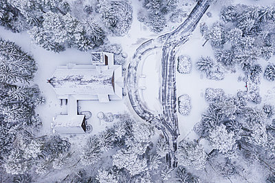 Germany, Brandenburg, Stahnsdorf, Drone view of remote church covered in snow - p300m2264763 by Anke Scheibe