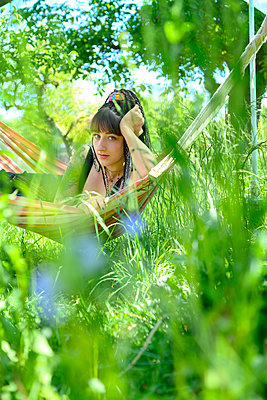 Young woman in a hammock in the garden - p427m2203616 by Ralf Mohr
