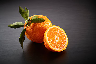 Fresh orange close-up - p851m1214804 by Lohfink
