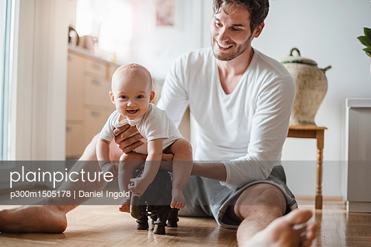 plainpicture | Photo library for authentic images - plainpicture p300m1505178 - Happy father with baby girl... - plainpicture/Westend61/Daniel Ingold