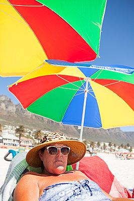 Frau unter zwei bunten Sonnenschirmen - p045m1423843 von Jasmin Sander