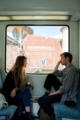Junges Paar im Gespräch in der Bahn - p1212m1138822 von harry + lidy
