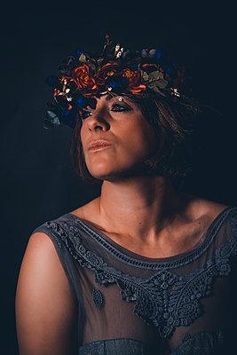 Frau mit Blumenkranz auf dem Kopf - p1628m2228406 von Lorraine Fitch