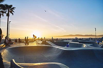 Skatepark during sunset in Venice Beach, USA - p352m2039761 by Johan Mård