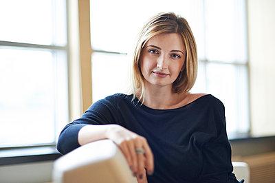 Junge Frau, Porträt - p390m1115650 von Frank Herfort