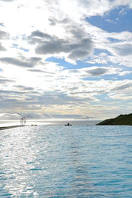 Schwimmen mit Fjordblick - p470m1004950 von Ingrid Michel
