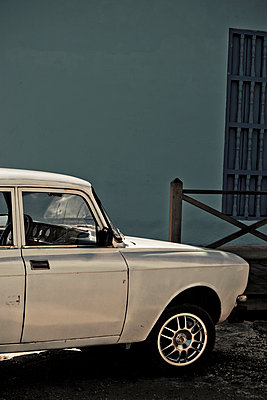 Oldtimer vor einem Gebäude - p647m1113101 von Tine Butter