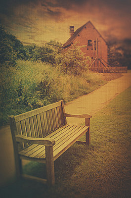 Empty bench in the English countryside  - p794m899071 by Mohamad Itani