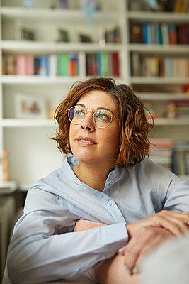 Portrait of pensive mature woman at home - p300m1588092 von Philipp Nemenz