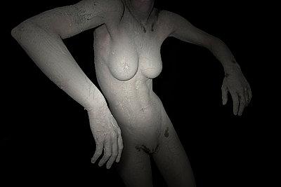 Frau mit Erde - p427m1077801 von Ralf Mohr