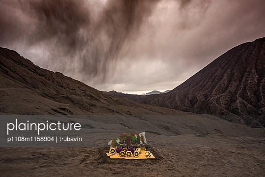 Blick auf den Vulkan Bromo und einen Verkaufsstand - p1108m1158904 von trubavin