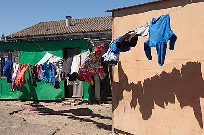 Wäscheleine in Slums - p045m1362813 von Jasmin Sander