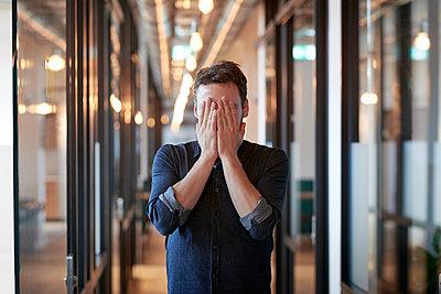 Hände vor dem Gesicht - p1124m1508091 von Willing-Holtz