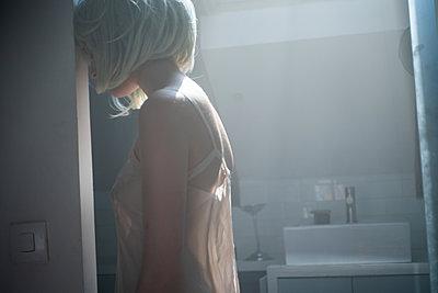 Woman wearing wig - p1321m2142752 by Gordon Spooner