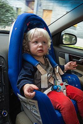 Little boy in child seat - p1418m2014918 by Jan Håkan Dahlström