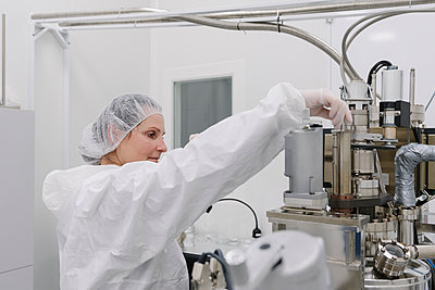 Laboratory technician working on a device in laboratory of science center - p300m2159874 by Hernandez and Sorokina