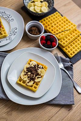 Waffle garnished with banana and chocolate shaving - p300m2004021 von Giorgio Fochesato