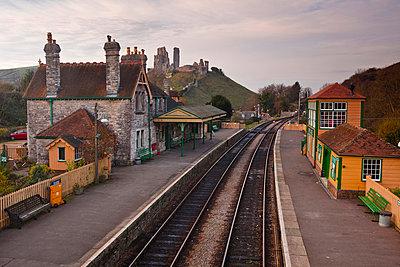 Looking across Corfe Castle station from the footbridge - p871m674491 by Julian Elliott