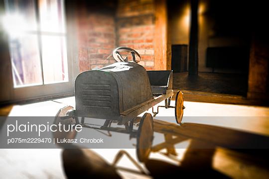 Altes Spielzeugauto - p075m2229470 von Lukasz Chrobok