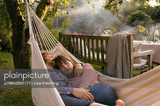 Paar schläft in der Hängematte - p788m2031177 von Lisa Krechting