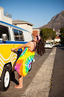 Zunge ausstrecken am VW Bus - p045m1222954 von Jasmin Sander