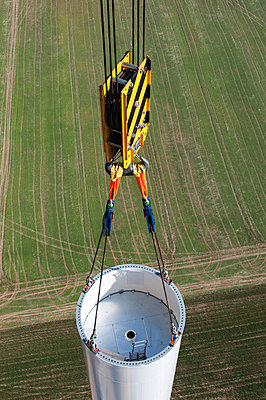 Setting up a wind turbine - p1079m880931 by Ulrich Mertens