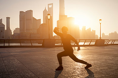 China, Shanghai, Skyline, athlete in the morning - p300m1585437 by spreephoto