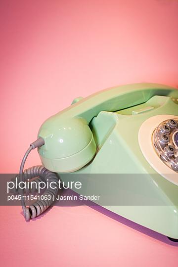 Telefon vor rosa Hintegrund - p045m1541063 von Jasmin Sander