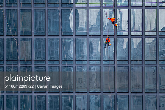 window cleaner's working on facade of high rise building in Bangkok - p1166m2269722 by Cavan Images