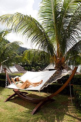 Relaxing in a hammock - p0452620 by Jasmin Sander