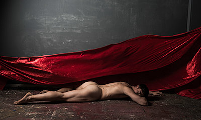 Naked man poses with red cloth - p1139m1503072 by Julien Benhamou