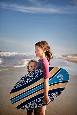 Mädchen mit Skimboard - p1348m1215630 von HANDKE + NEU