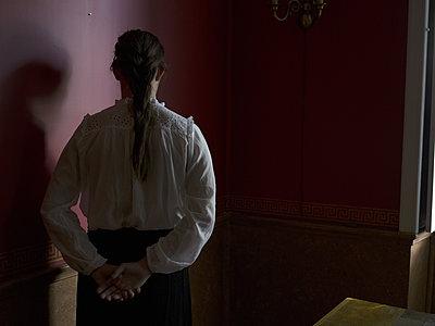 Junges Mädchen steht in der Ecke - p945m1163018 von aurelia frey
