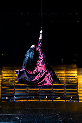 Dance theatre - p1139m2210687 by Julien Benhamou