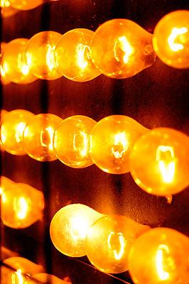 Gelbe Glühbirnen - p1190m2087866 von Sarah Eick