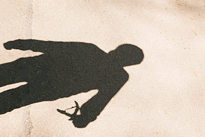 Silhouette of boy using a slingshot - p1222m1585884 by Jérome Gerull
