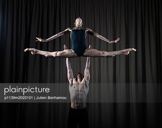 Akrobatics - p1139m2022101 by Julien Benhamou