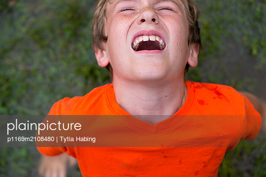 Boy with mouth open  - p1169m2108480 by Tytia Habing