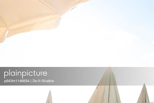 Sonnenschirme - p943m1146654 von Do-It-Studios