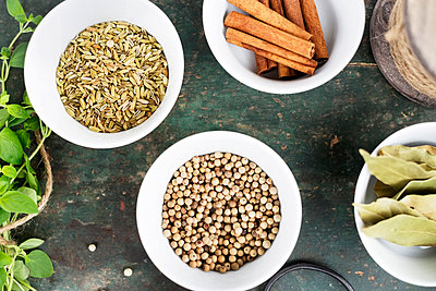 White pepper, sunflower seeds and cinnamon on table - p312m1551796 by Scandinav Images