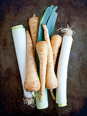 Fresh organic leeks and parsnips, studio shot - p429m802515 by Image Source