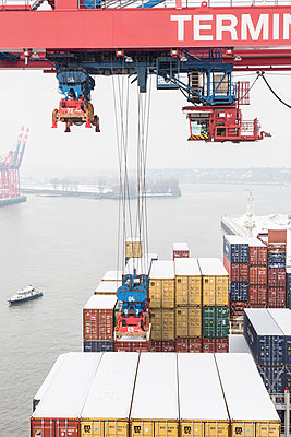 Loading and unloading of the container ship in the Container Terminal in Hamburg, Germany - p1316m1202832 by Engel & Gielen